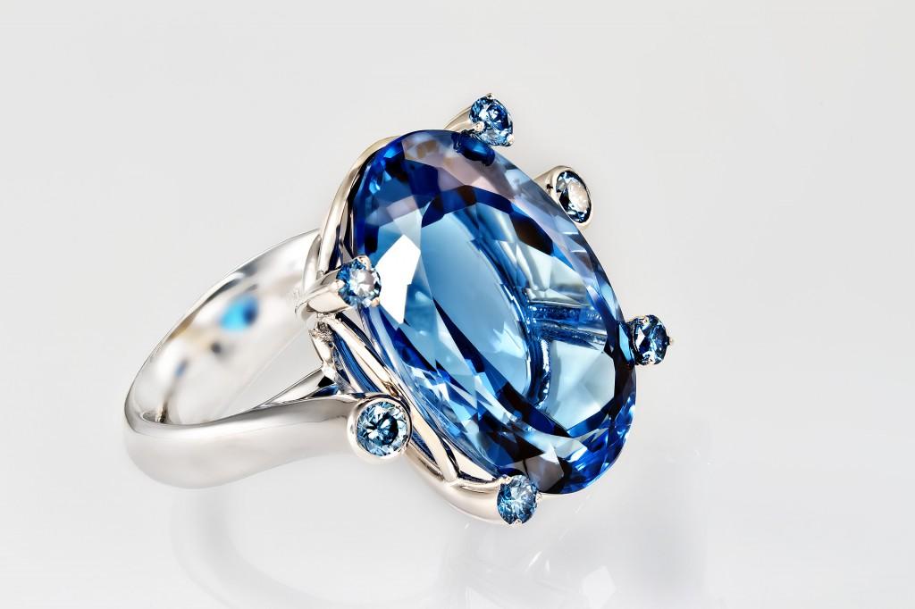 Topas Ring Weissgold mit blauen Brillanten
